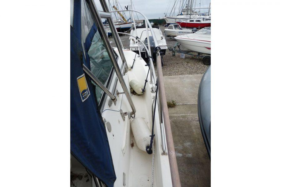 Pursuit 2350 fishing boat - side deck