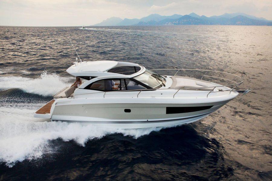 Jeanneau Leader 36 diesel sports cruiser - cruising on the water