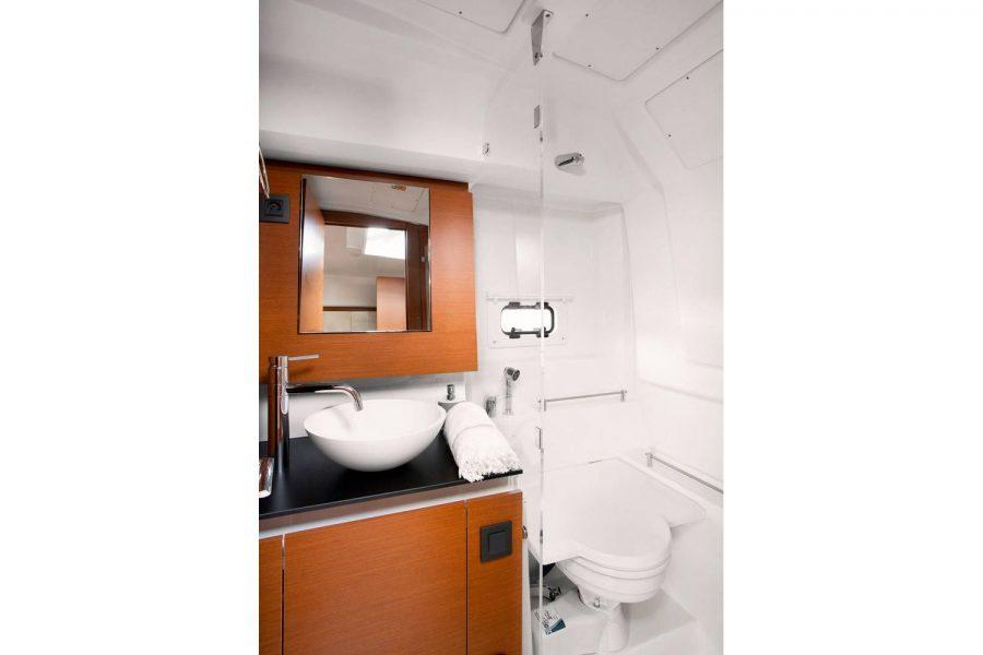 Jeanneau Leader 36 diesel sports cruiser - toilet comartment