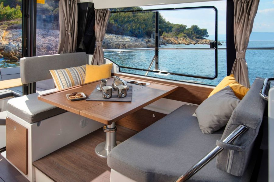 Jeanneau Merry Fisher 1095 Flybridge - wheelhouse saloon