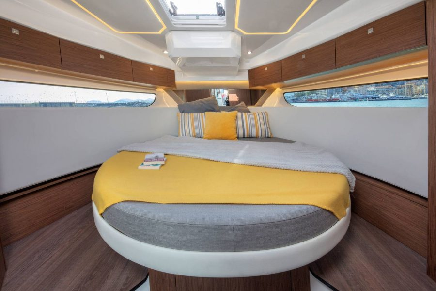 Jeanneau Merry Fisher 1095 Flybridge - forward cabin