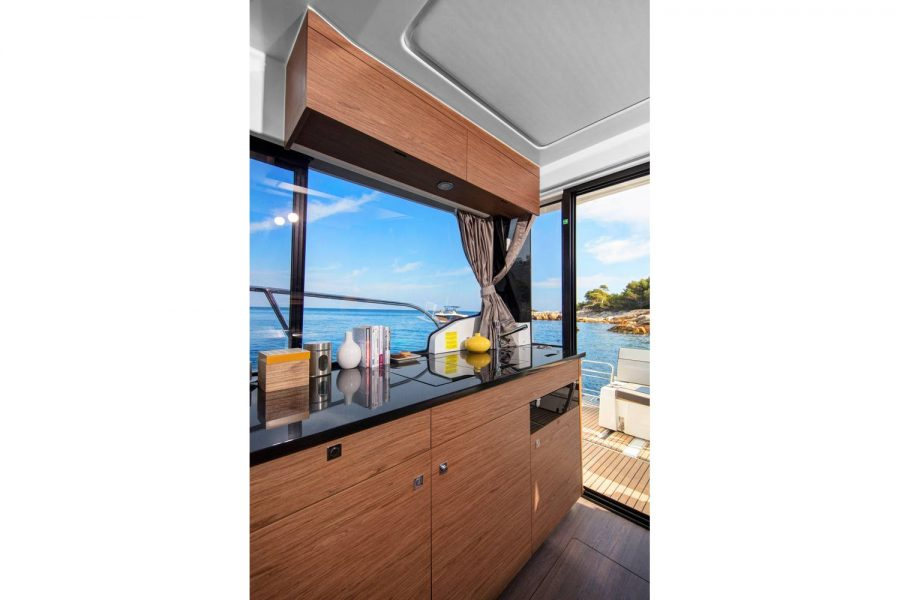 Jeanneau Merry Fisher 1095 Flybridge - wheelhouse galley / bar