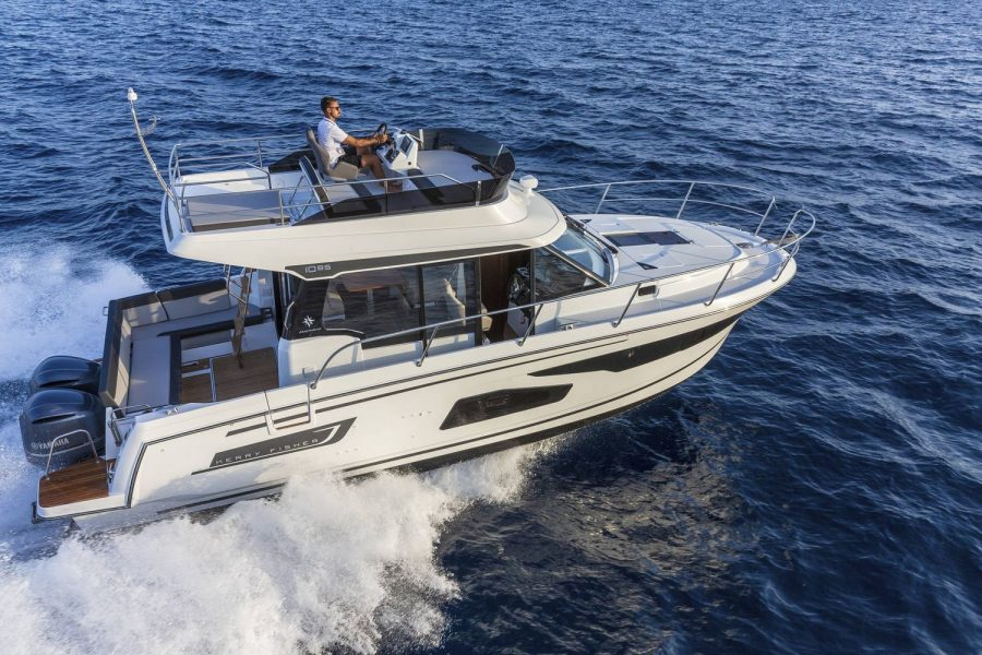 Jeanneau Merry Fisher 1095 Flybridge - on the water