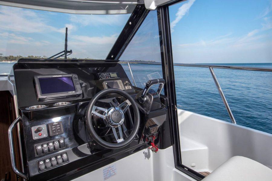 Jeanneau Merry Fisher 1095 Flybridge - helm position