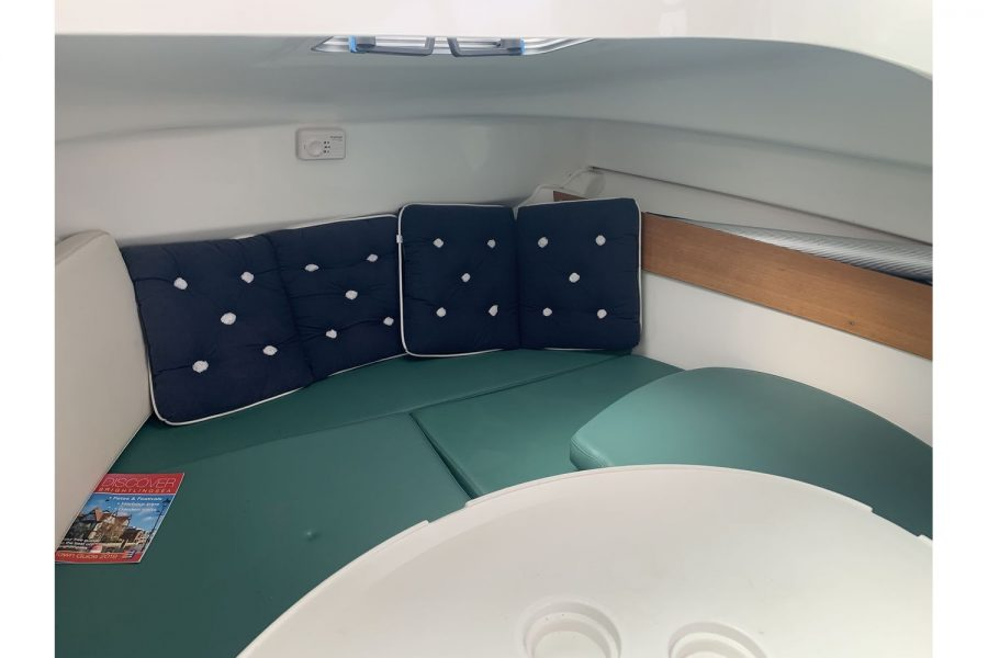 Jeanneau Merry Fisher 625 fishing boat - cabin seating