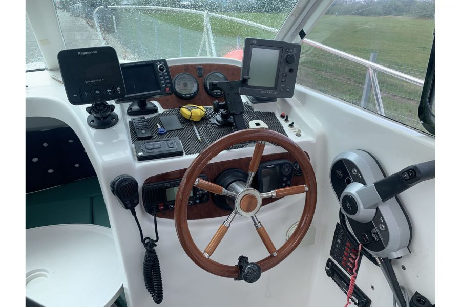 Jeanneau Merry Fisher 625 fishing boat - helm position