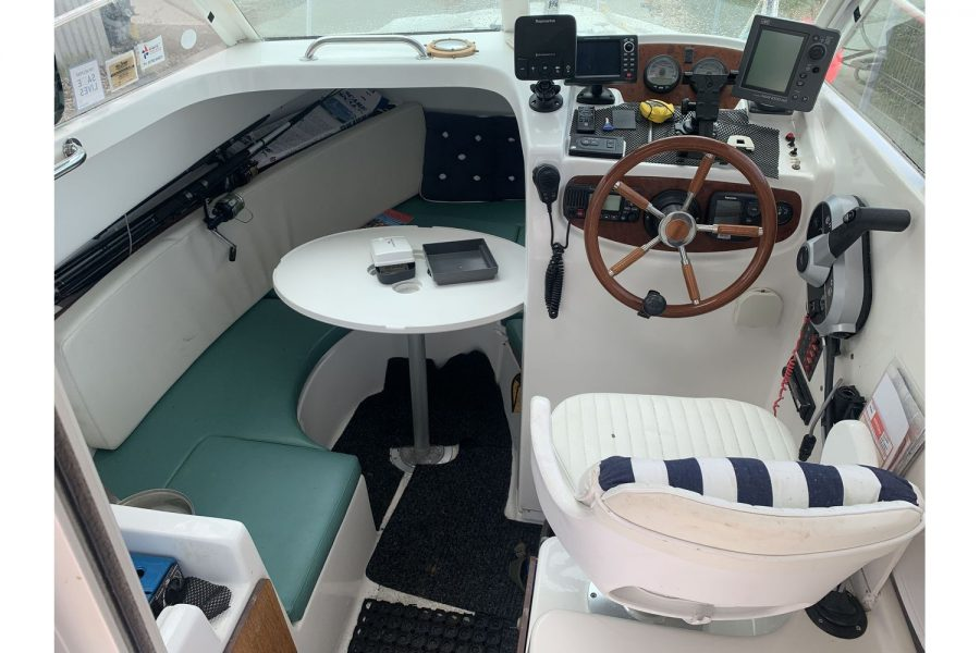 Jeanneau Merry Fisher 625 fishing boat - helm position and cabin