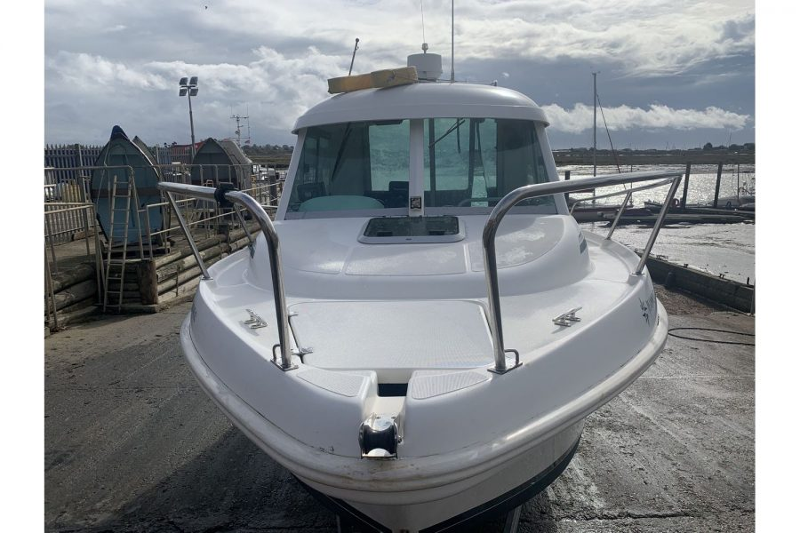 Jeanneau Merry Fisher 625 fishing boat - bow with pulpit and hatch