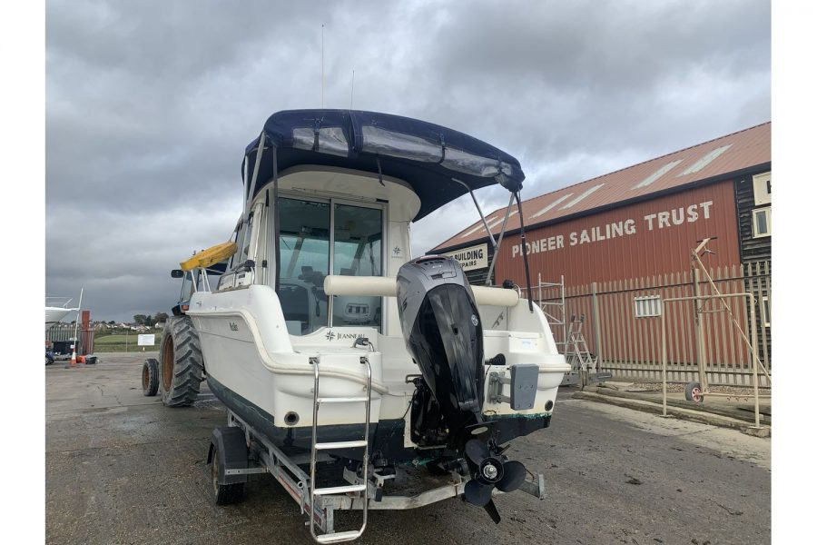 Jeanneau Merry Fisher 625 fishing boat - view from stern