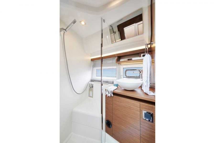 Jeanneau NC 37 - shower compartment