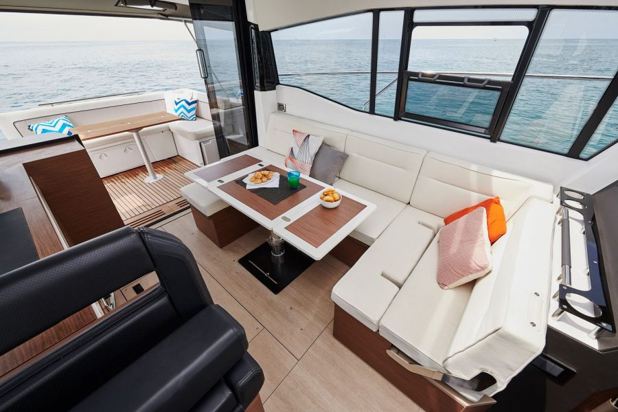 Jeanneau NC 37 - wheelhouse port side saloon