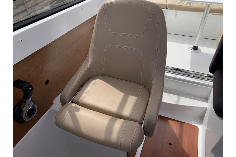 Jeanneau Merry Fisher 645 - helm seat