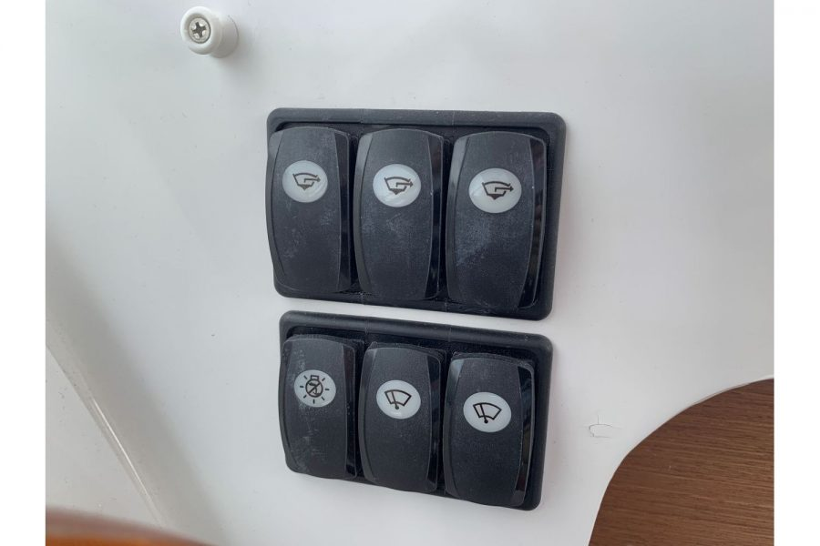 Jeanneau Merry Fisher 645 - switch panel