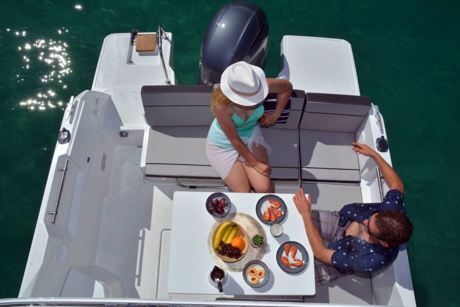 Jeanneau Merry Fisher 695 - cockpit table and seating