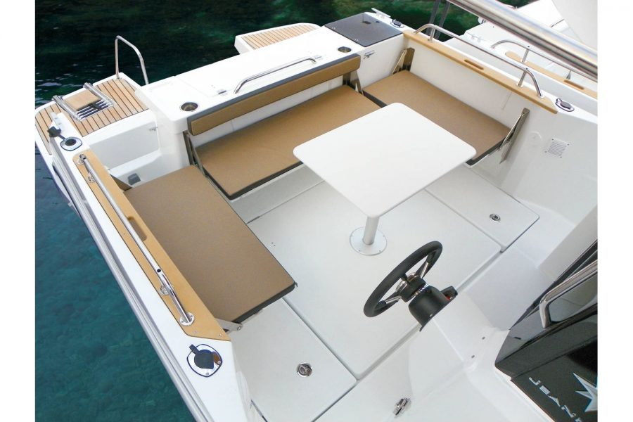 Jeanneau Merry Fisher 795 Marlin - cockpit seating and table