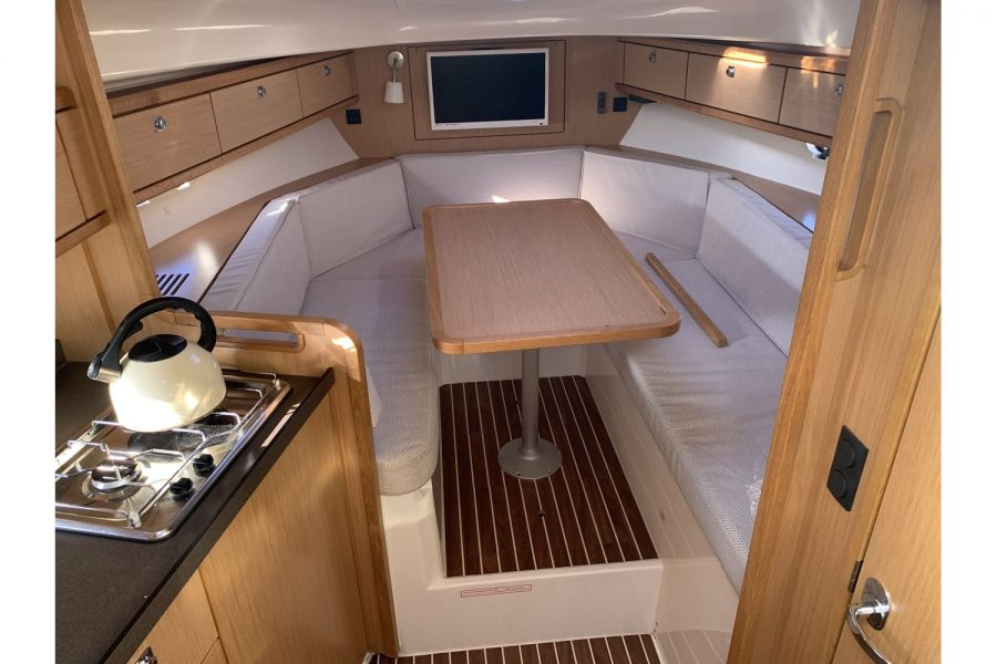 Bavaria 29 Sport - cabin with dinette