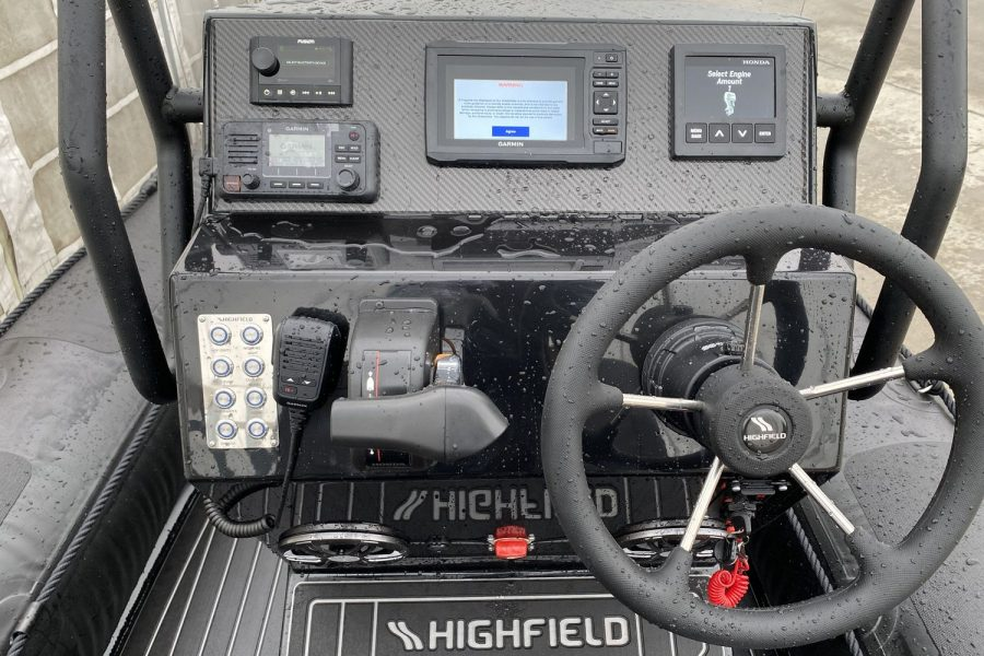 Highfield PA 500 aluminium RIB - console with engine controls