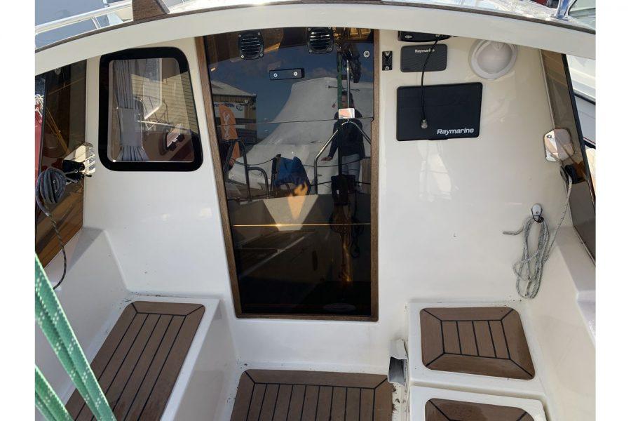 Haber 620 yacht - door to below deck