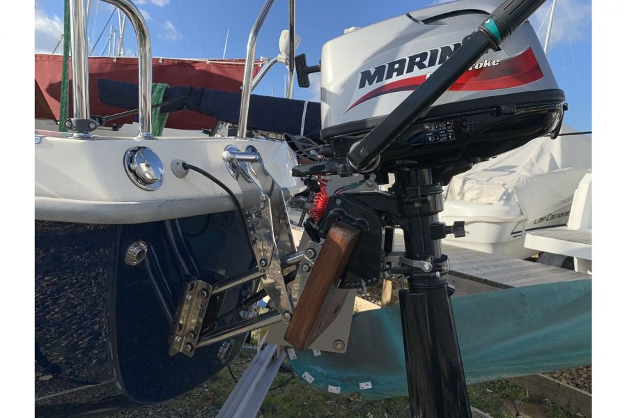 Haber 620 yacht - Mariner outboard engine on aux bracket