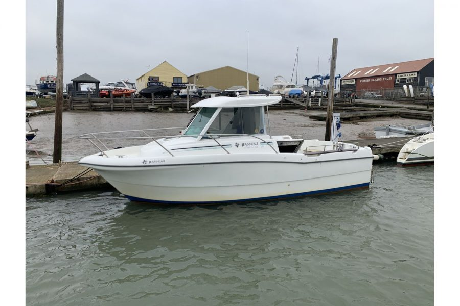 Merry-Fisher 635-front-on-water