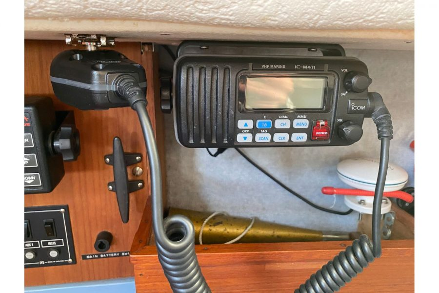Hunter Horizon 27 - VHF radio