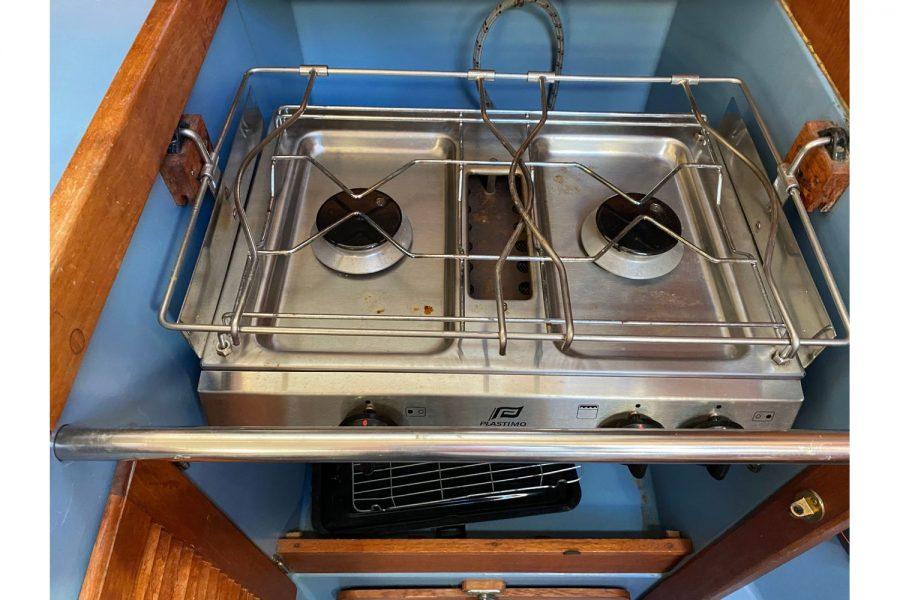 Hunter Horizon 27 - cooker in galley