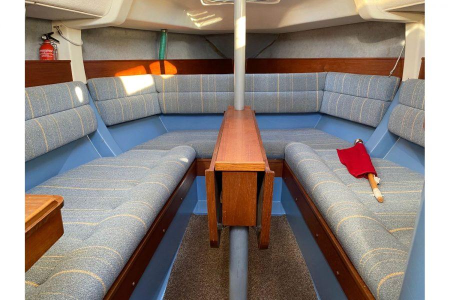Hunter Horizon 27 - cabin with folding table