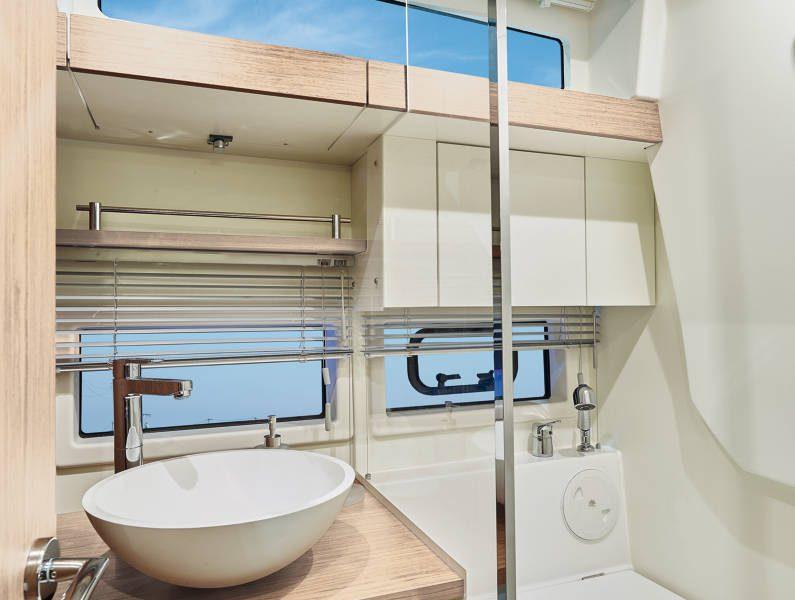 Jeanneau Leader 33 diesel sports cruiser - shower compartment