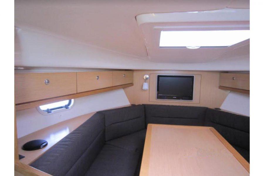Bavaria 28 Sport - forward cabin