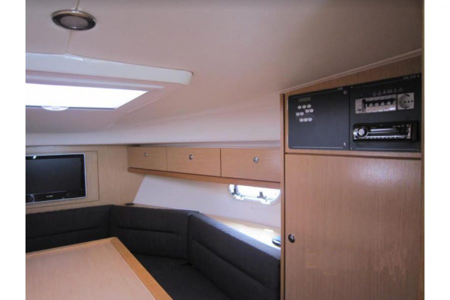 Bavaria 28 Sport - music centre and cabin