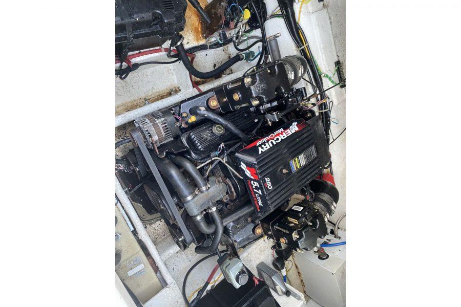 Bayliner-2655-engine