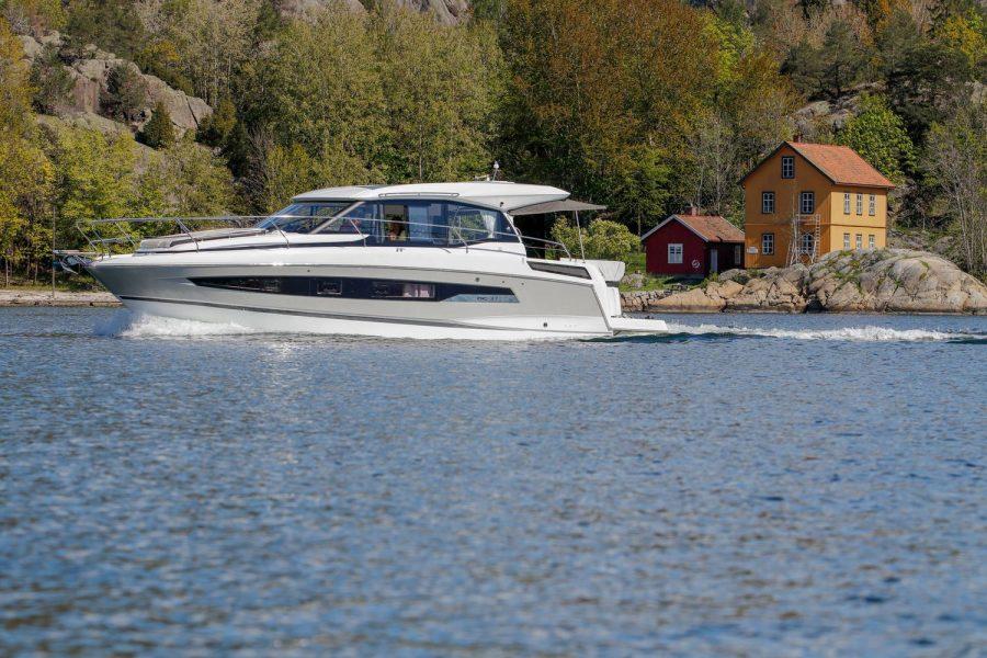 Jeanneau NC 37 - port side