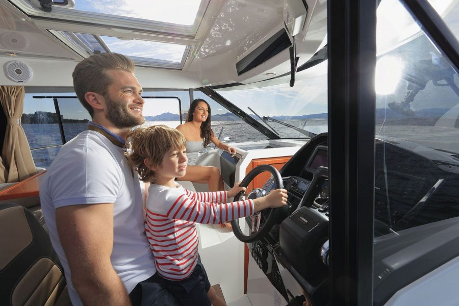 Jeanneau Merry Fisher 895 - Offshore - family fun at the helm