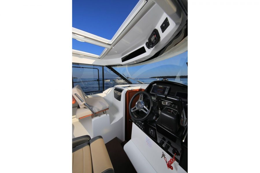 Jeanneau Merry Fisher 895 - wheelhouse opening roof