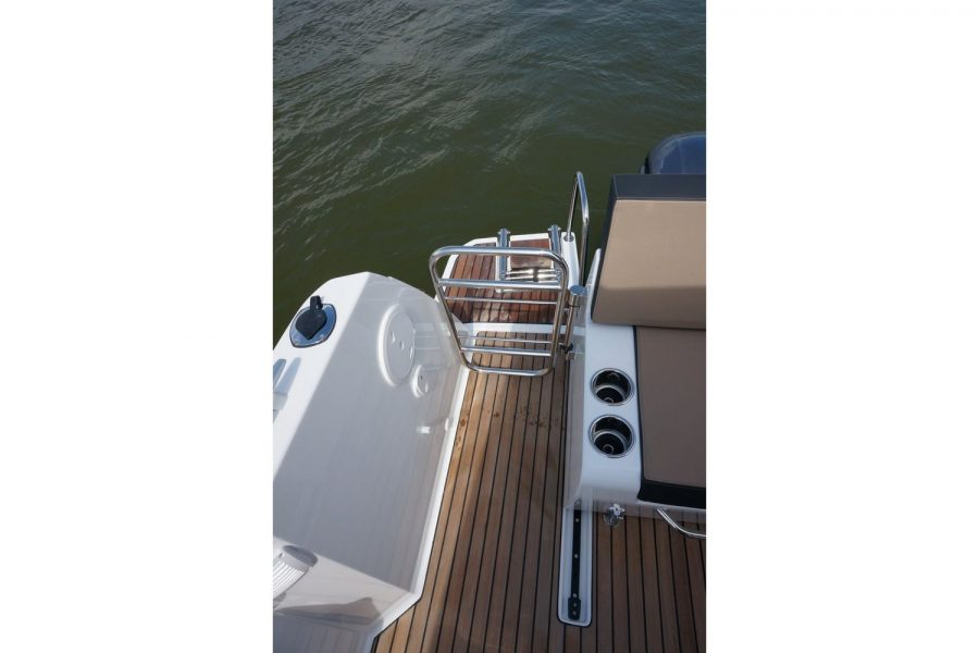 Jeanneau Merry Fisher 895 - cockpit barrier to aft platform