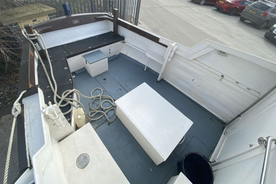Maritime 21 fishing boat - cockpit overhead view