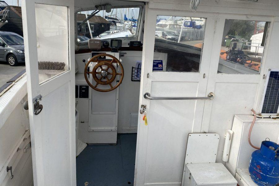 Maritime 21 fishing boat - wheelhouse