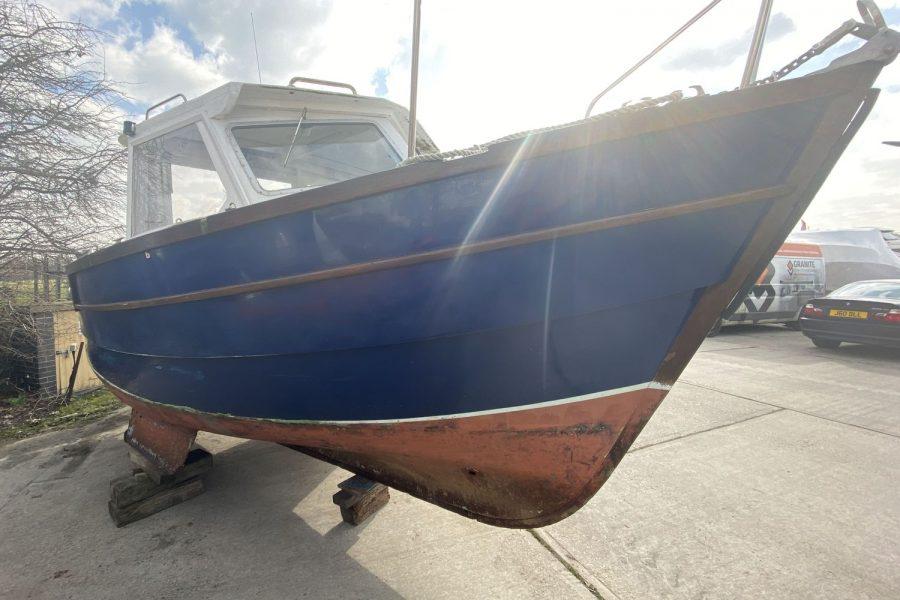 Maritime 21 fishing boat - bow