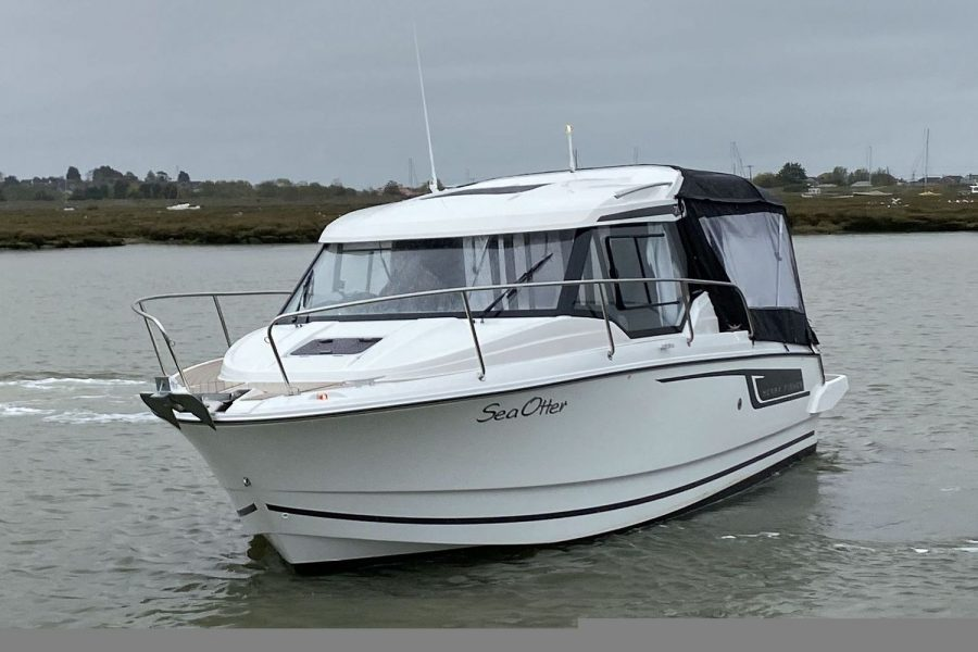 Jeanneau Merry Fisher 795 - port side bow