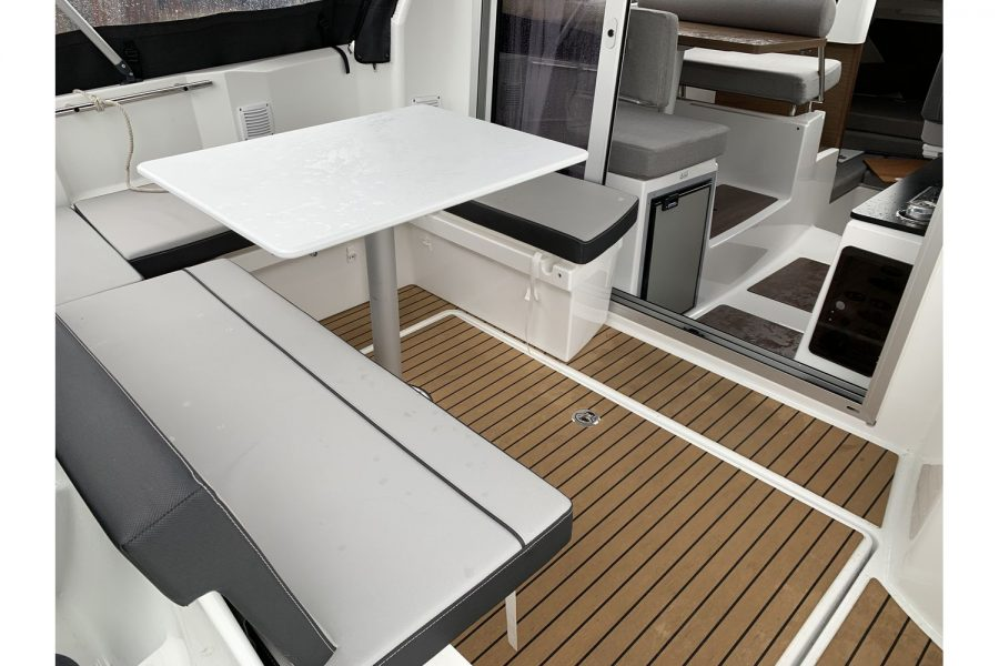 Jeanneau Merry Fisher 795 - cockpit seating and table
