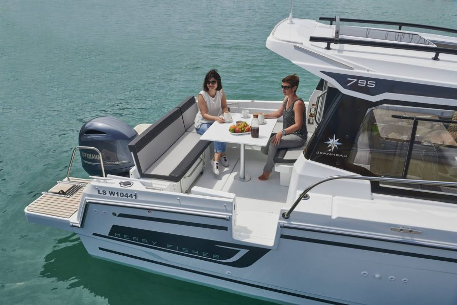Jeanneau Merry Fisher 795 - cockpit gate and aft saloon