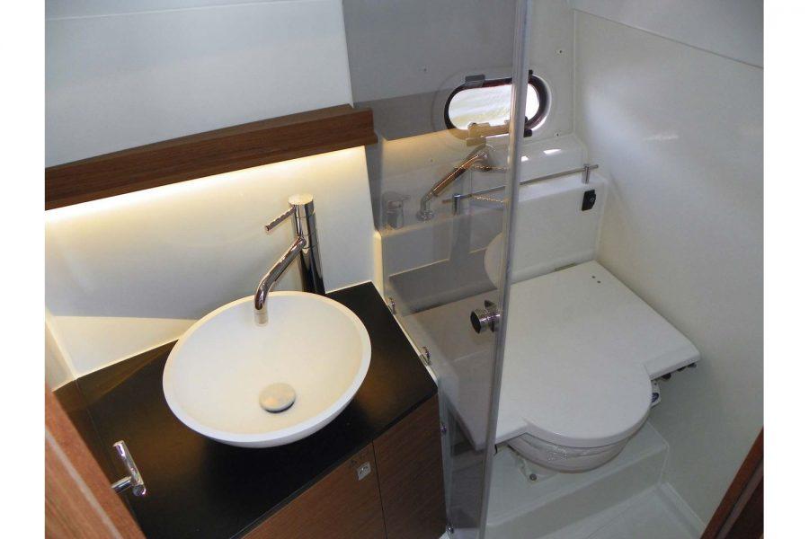 Jeanneau Cap Camarat 9.0 WA (sports boat / cruiser) - toilet and shower compartment
