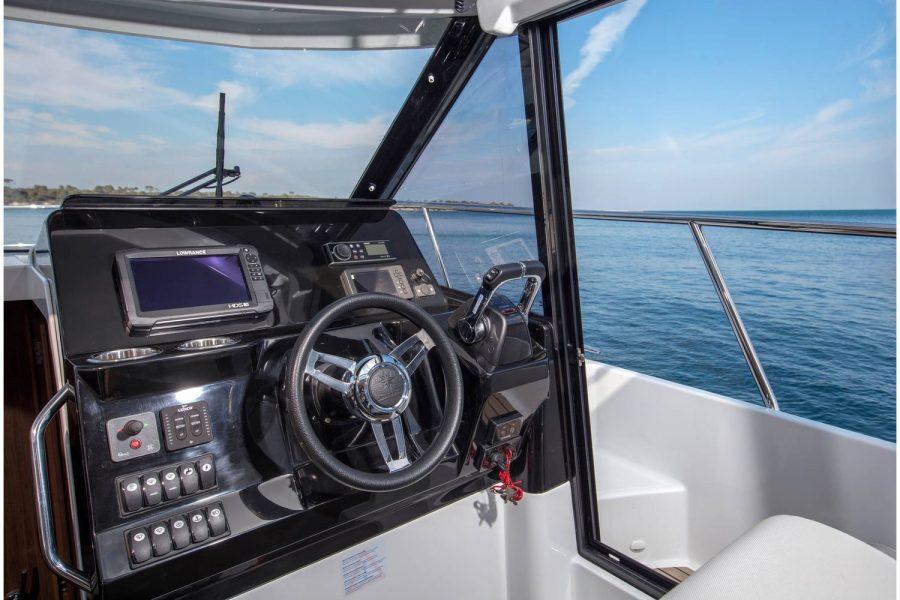 Jeanneau Merry Fisher 1095 wheelhouse fishing boat - helm position