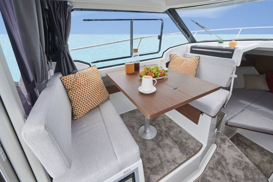 Jeanneau Merry Fisher 795 - wheelhouse saloon table and seating