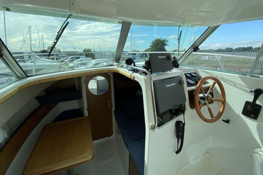 Jeanneau-Merry-Fisher-695-Fish-On-wheelhouse-view