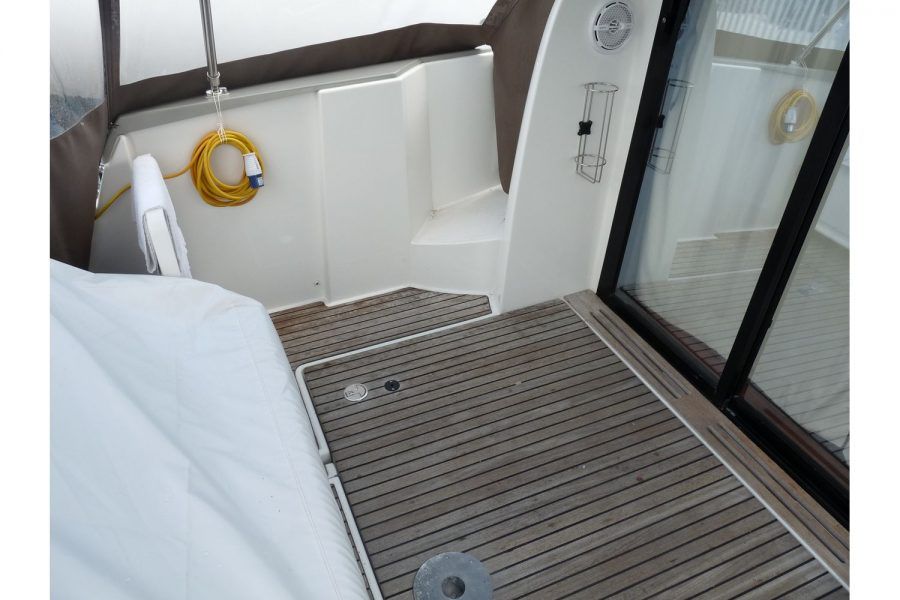 Jeanneau NC 9 diesel cruiser - teak cockpit floor