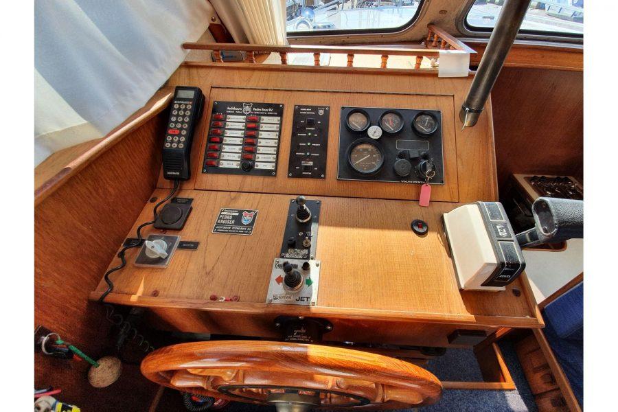Pedro 36 - Steel Hull Diesel Cruiser - helm position