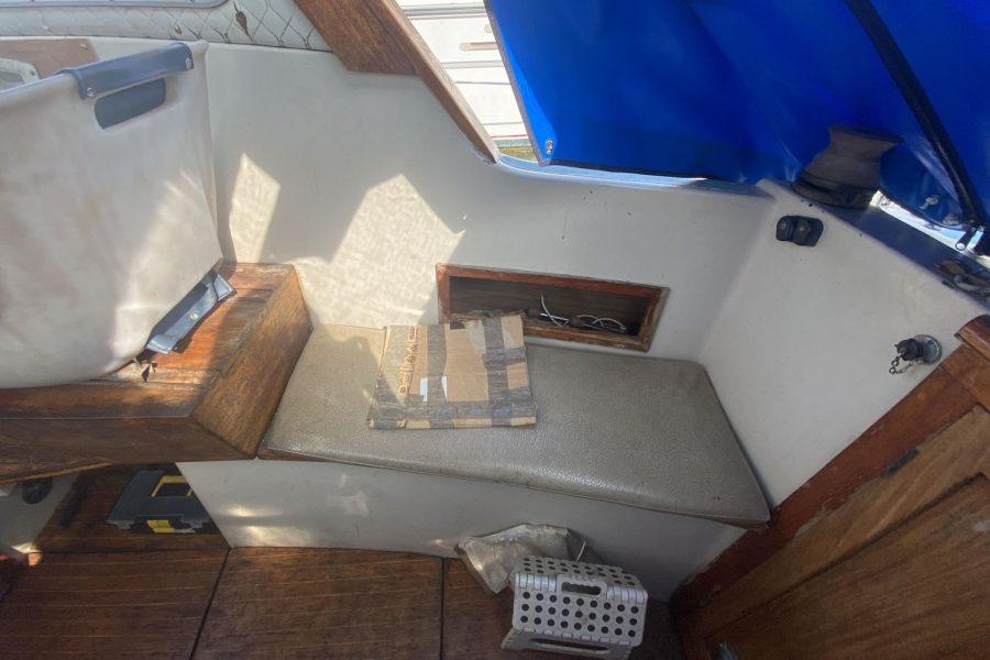 Perlette-cockpit-bench
