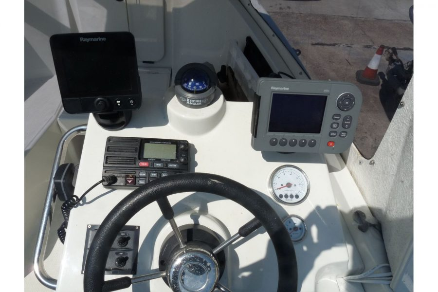 Orkney 522 fishing boat - helm position and navigation electronics