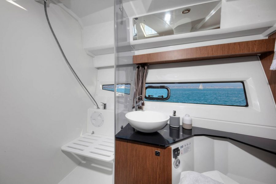 Jeanneau Merry Fisher 1095 Flybridge - toilet and shower compartment